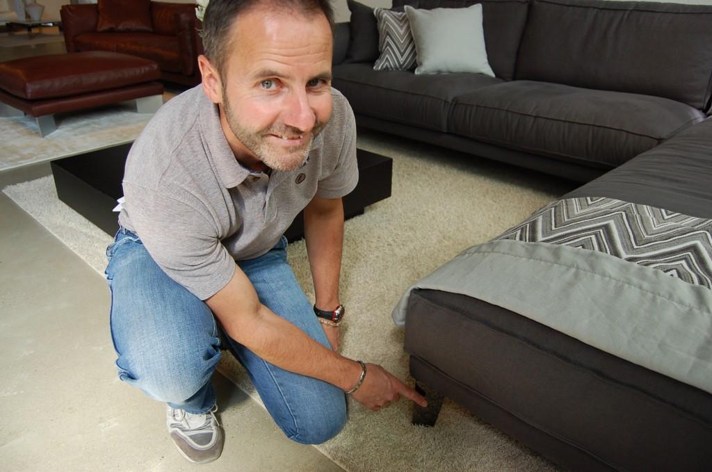 Der Architekt Carlo Riva zeigt den Fuß des Time Break Berto-Sofas