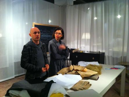 Alessandro und Mari Castello in der ersten Phase der Arbeit für den Bau des Sofas für Managua