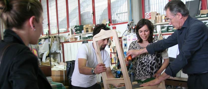 Fioravante BertO mit Kunden in der Werkstatt