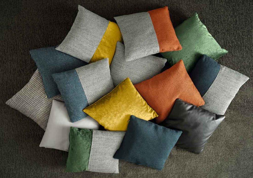 Kollektion dekorativer Kissen für das Sofa