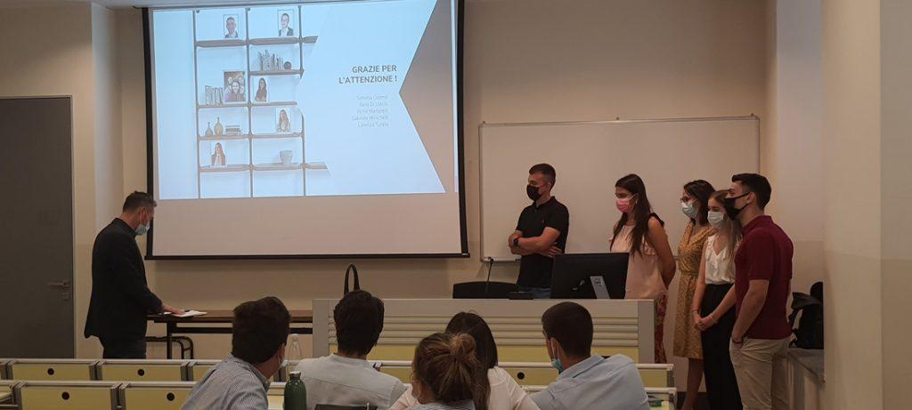 Die Studierenden der Università Cattolica del Sacro Cuore von Mailand präsentieren eine Marketingkampagne zur Einführung der neuen BertO-Kollektion