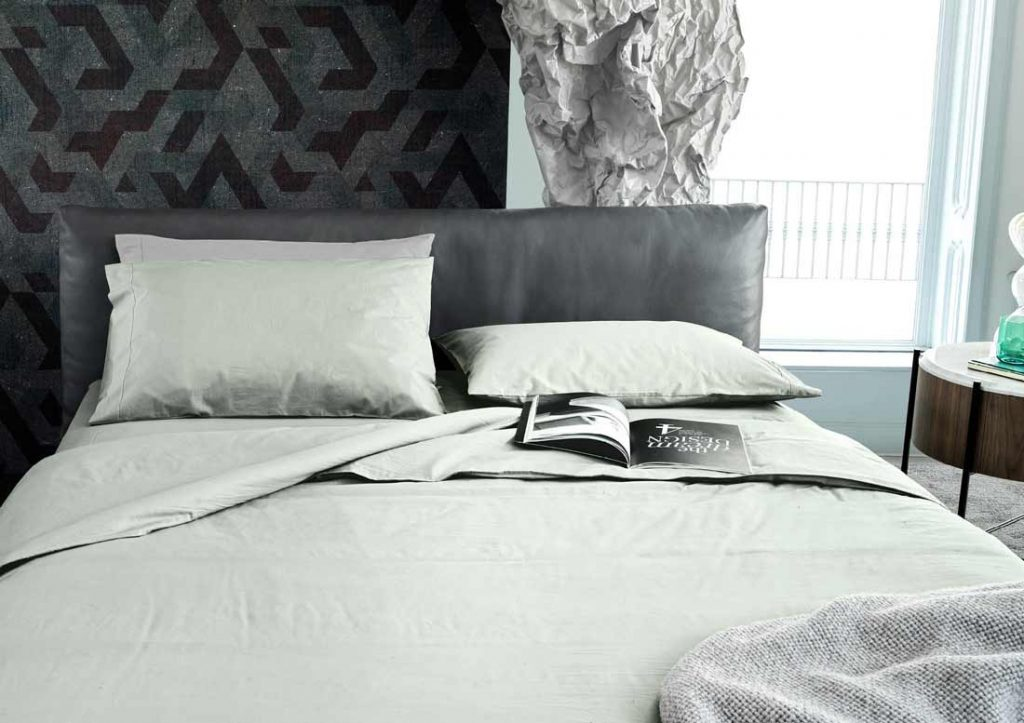 Kombination aus grüner Yoko Stonewashed- Bettwäsche aus 100 % Baumwolle und grauem Soho-Lederbett