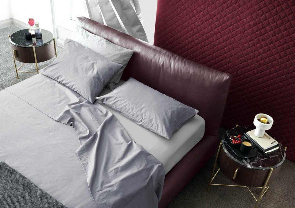 Graues Yoko-Bettlakenset aus Baumwolle kleidet das Soho-Lederbett elegant